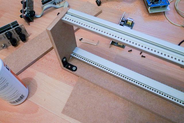 on vis les équerres de maintien sur les rails du modulaire
